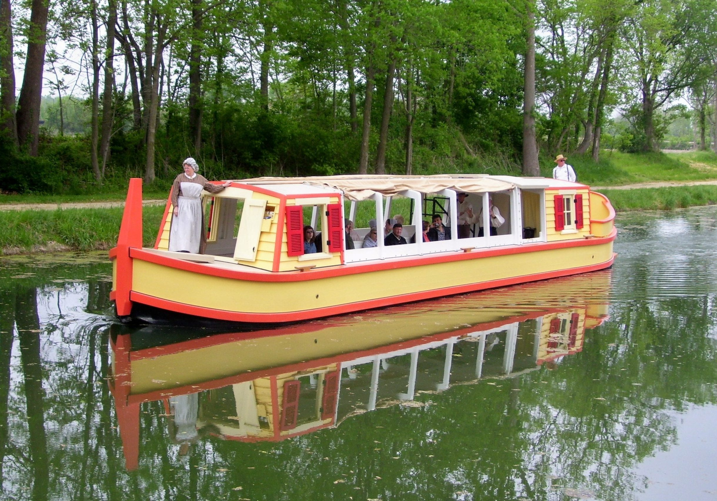 take a relaxing cruz on our historical canal boat